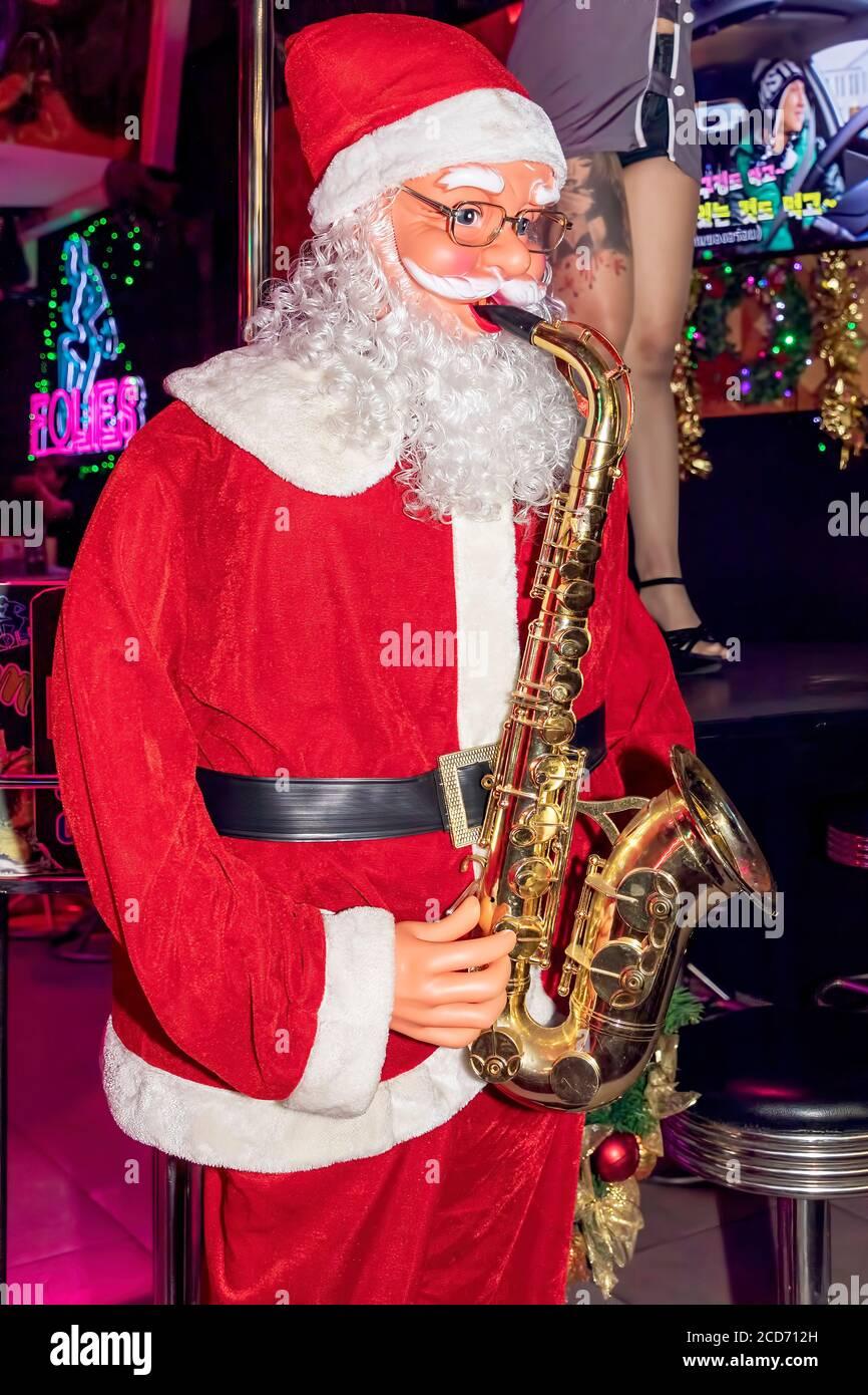 Mecánico Santa tocando saxofón en el bar agogo, Patong, Phuket, Tailandia Foto de stock