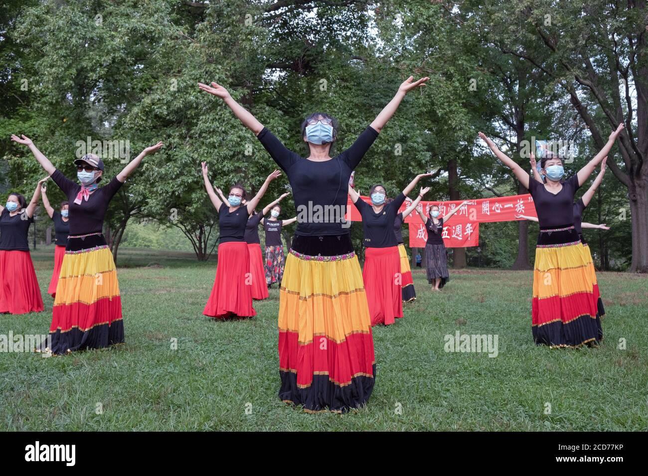 Bailarines chinos americanos de la compañía Wenzhou America New York celebran su quinto aniversario con una actuación en un parque en Queens, Nueva York. Foto de stock