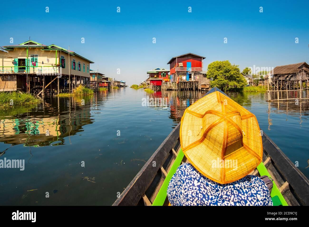 Myanmar (Birmania), Estado de Shan, Lago Inle, viaje en barco, mujer turística Foto de stock