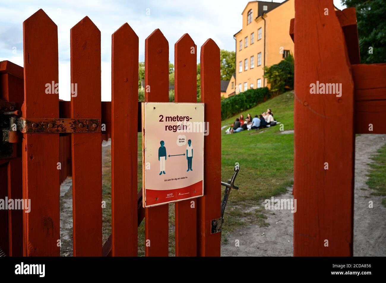 SUECIA, Estocolmo, pandemia de corona, enfermedad covid 19, sin necesidad de cierre y máscara, pero normas de distancia, entrada de parque público con valla en pintura roja tradicional sueca Foto de stock