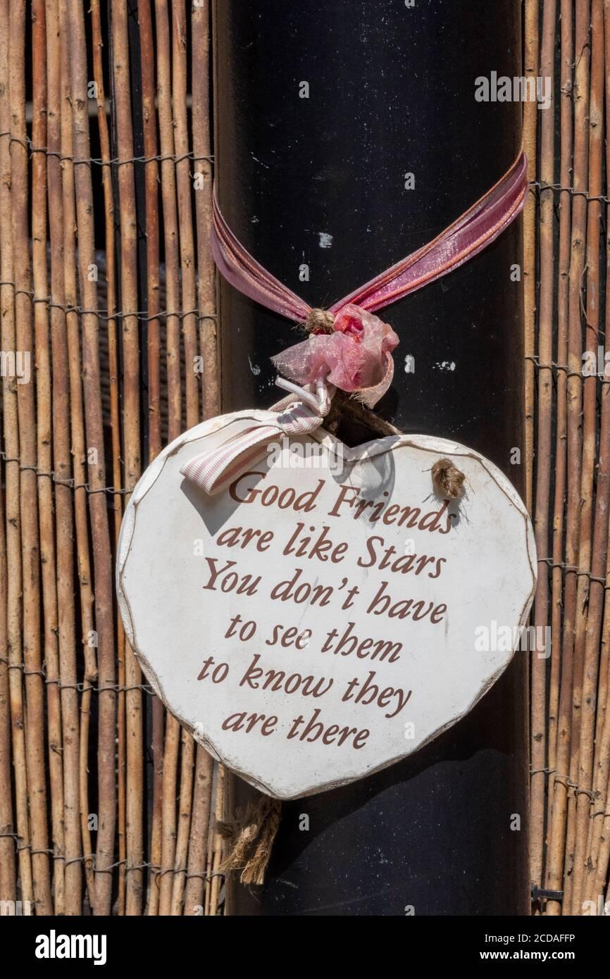 un recuerdo emotivo o sentimental corazón de madera colgando de una puerta. Foto de stock
