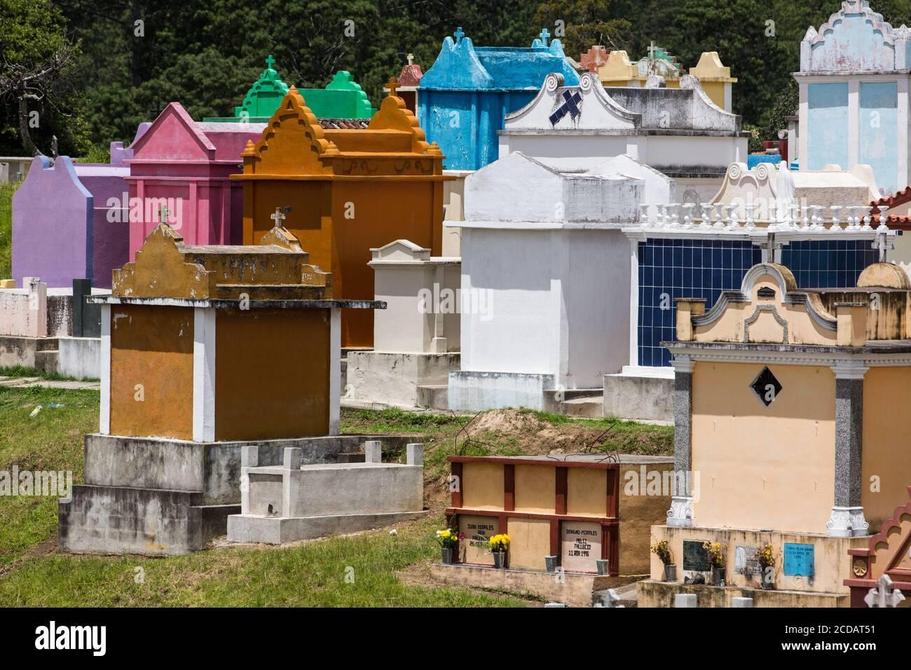 Detalle Architecutral de coloridas criptas funerarias en el cementerio de Chichicastenango, Guatemala. Foto de stock