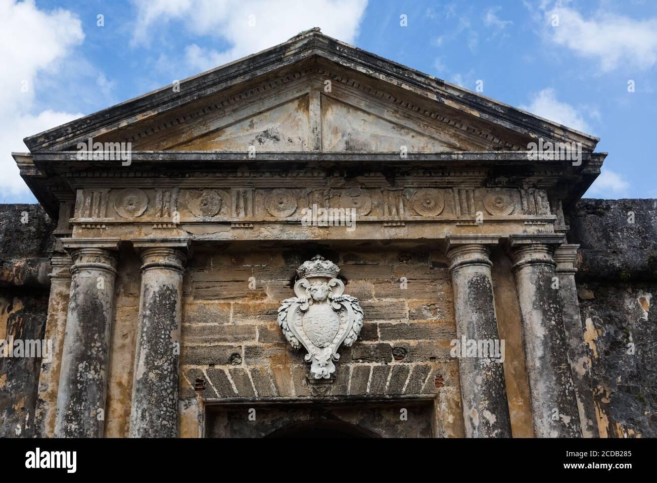 La fachada de la entrada al Castillo San Felipe del Morro con la cresta del Rey de España. Viejo San Juan, Puerto Rico. El His Nacional de San Juan Foto de stock