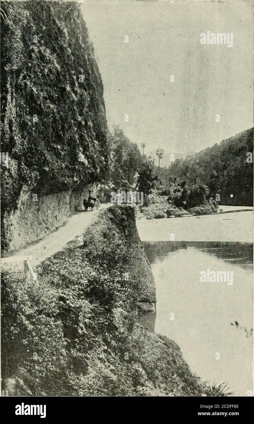 . La geografía de Nueva Zelanda. Histórico, físico, político, y comercial. ic deposits.It es probable, como se ha dicho antes, que algunos de ellos pertenecieron anteriormente al río Motueka, y sólo últimamente han sido adquiridos por el Buller. El antiguo curso del Buller, en la parte inferior de su flujo, originalmente se encontraba a través del valle drenado por los Inangahua y Mawheras, afluentes del Buller y Grey respectivamente. Este curso es mucho más largo que el que ahora siguió a través de la garganta de Buller de Reefton a Westport. El cambio ocurrió después de una depresión en el Cainozoicage. Era evidente Foto de stock