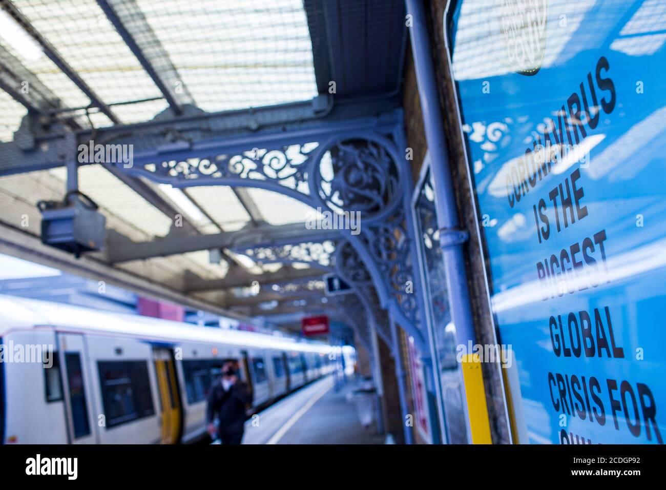 Señales de Covid 19 en la red ferroviaria del sudeste en Kent, Reino Unido. Durante el Covid19, el virus de la corona, brote que se propagó por todo el mundo. Foto de stock