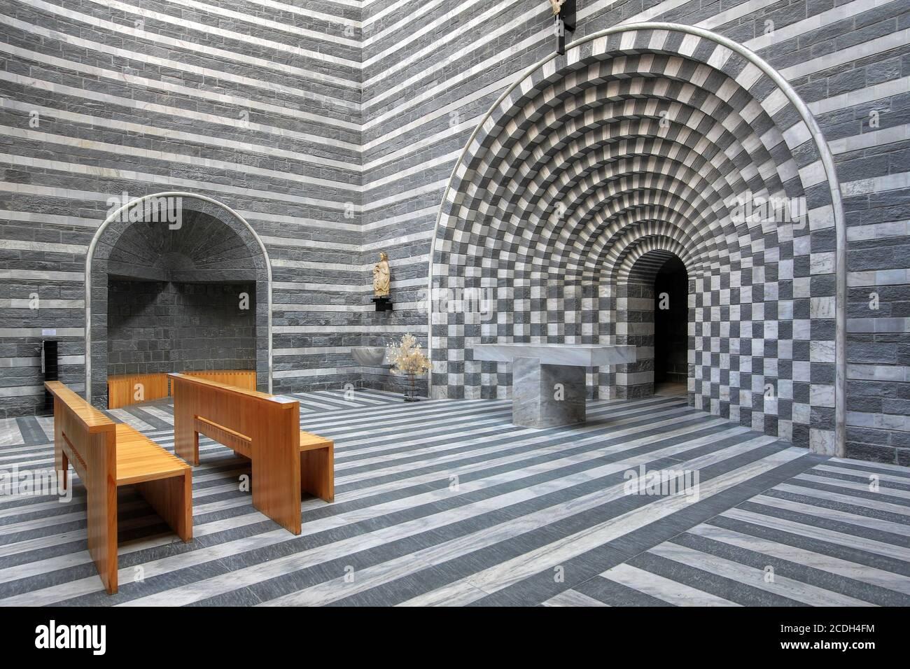 Increíble diseño interior moderno de la pequeña iglesia de San Giovanni Battista de Mongo en Valle Maggia, Ticino, Suiza. El diseño, por el Tici Foto de stock