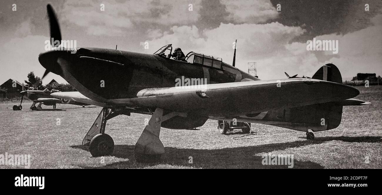 Las inconfundibles líneas de un huracán Hawker diseñado por Sydney Camm en 32 Squadron, Biggin Hill, Kent, Inglaterra. El avión de combate británico de un solo asiento fue eclipsado en la conciencia pública por el papel del Supermarine Spitfire durante la Batalla de Gran Bretaña en 1940, pero el huracán infligió el 60% de las pérdidas sufridas por la Luftwaffe en el compromiso, Y luchó en todos los grandes teatros de la Segunda Guerra Mundial. Foto de stock