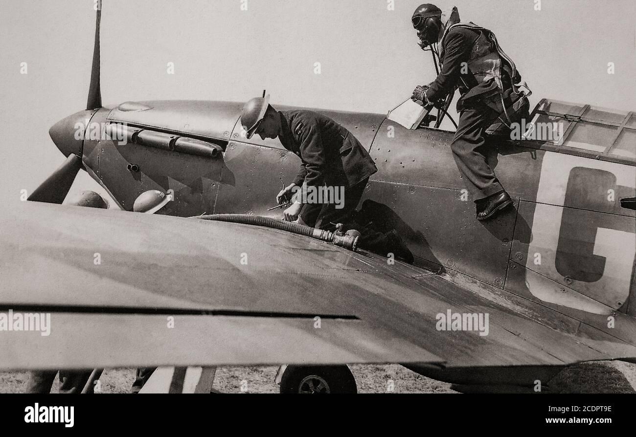 Repostar un huracán Hawker mientras el piloto informa a la inteligencia de Squadron. El avión de combate británico de un solo asiento fue eclipsado en la conciencia pública por el papel del Supermarine Spitfire durante la Batalla de Gran Bretaña en 1940, pero el huracán infligió el 60% de las pérdidas sufridas por la Luftwaffe en el compromiso, Y luchó en todos los grandes teatros de la Segunda Guerra Mundial Foto de stock