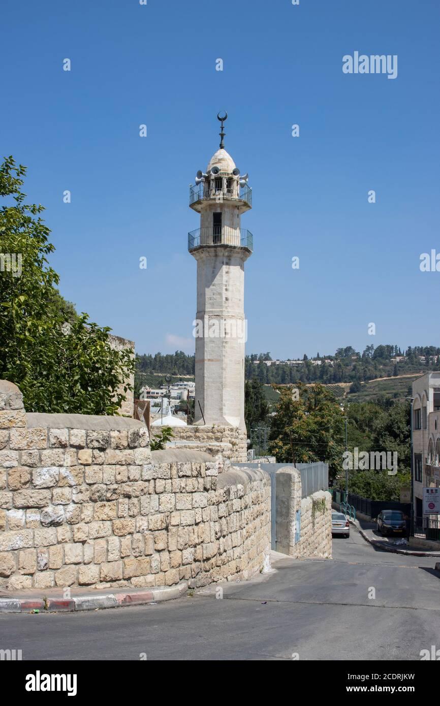 Abu Ghosh, Israel - 13 de agosto de 2020: Una mezquita en el pueblo árabe Abu Ghosh, Israel, en un claro día de verano Foto de stock