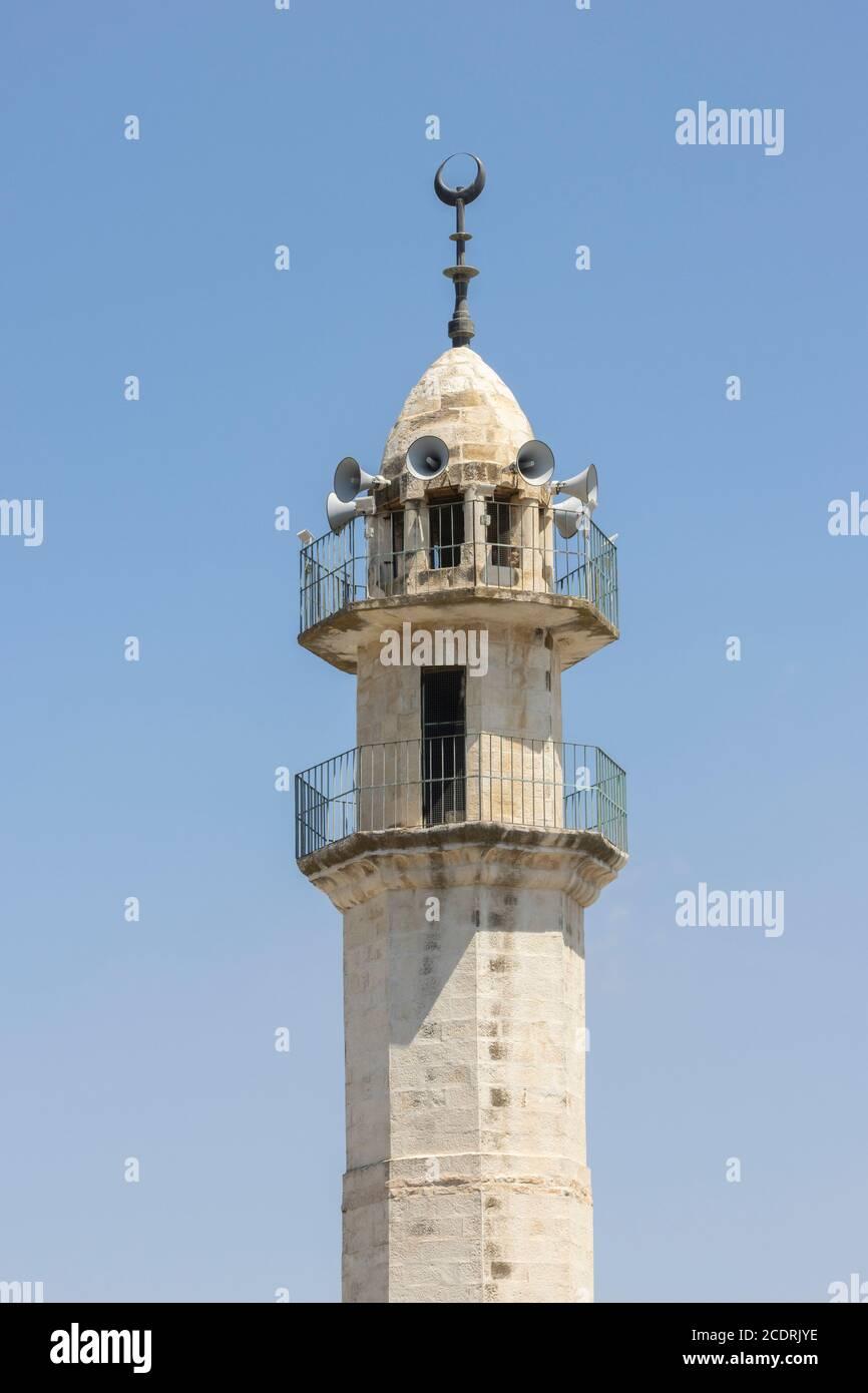 Abu Ghosh, Israel - 13 de agosto de 2020: Un minarete de mezquita poligonal en el pueblo árabe Abu Ghosh, Israel, en un claro día de verano Foto de stock