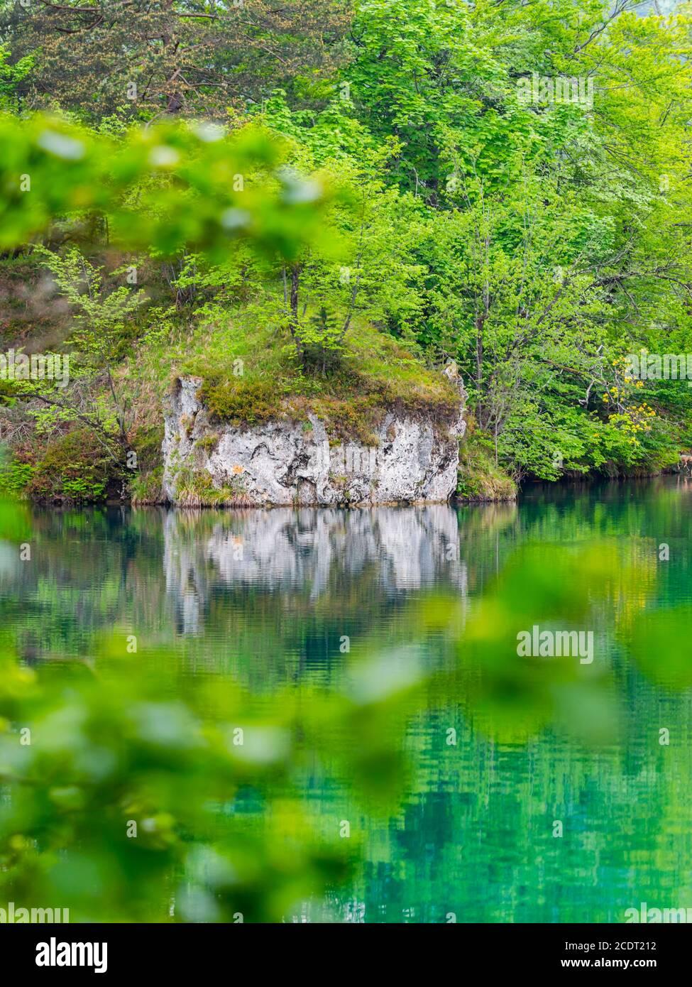 Quietud en el Parque Nacional de los lagos de Plitvice en Croacia Europa flujo de agua cascada paisaje escénico Foto de stock