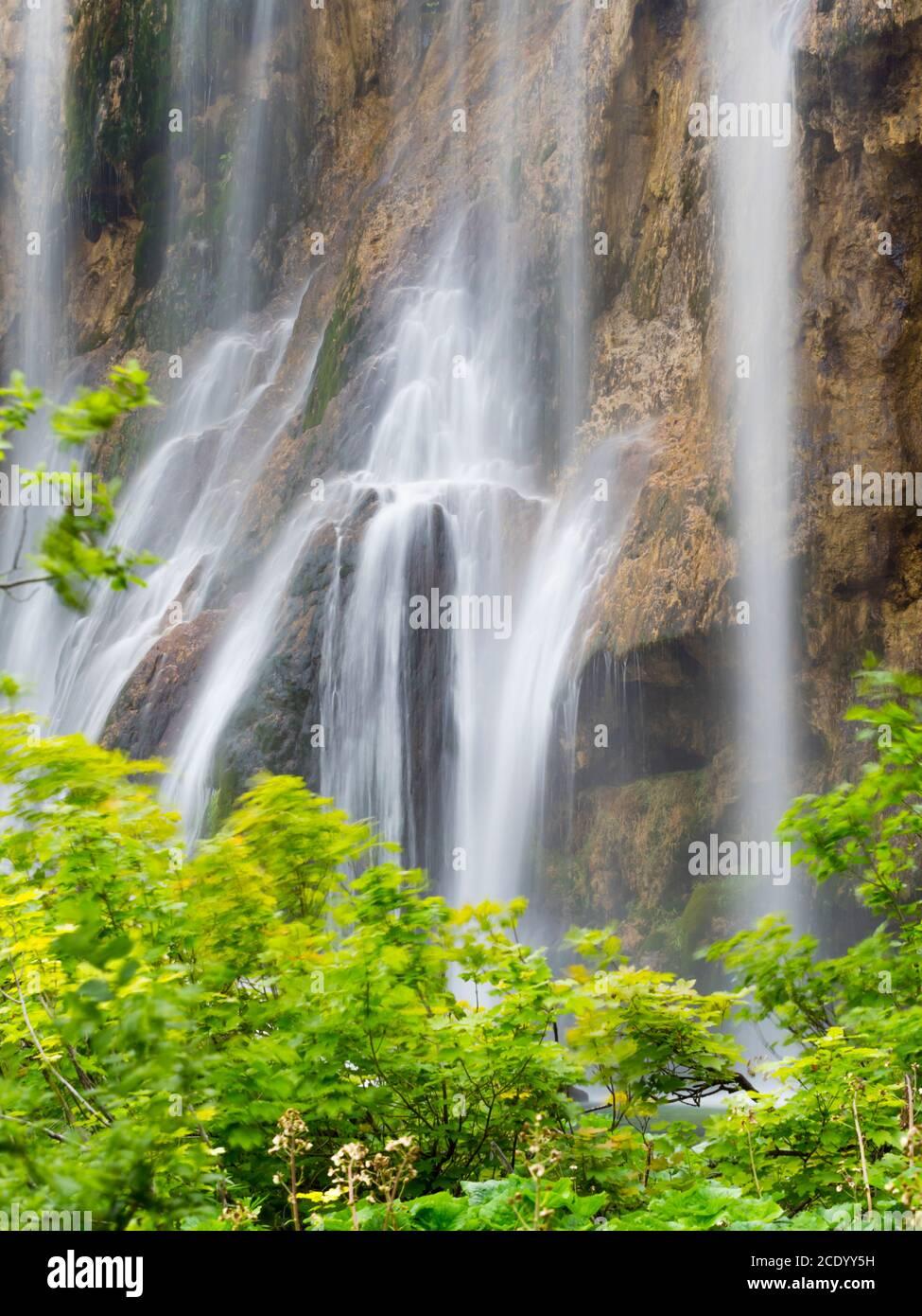 Múltiples muchas cascadas en el Parque Nacional de los lagos de Plitvice Croacia Europa flujo de agua cascada paisaje escénico Foto de stock