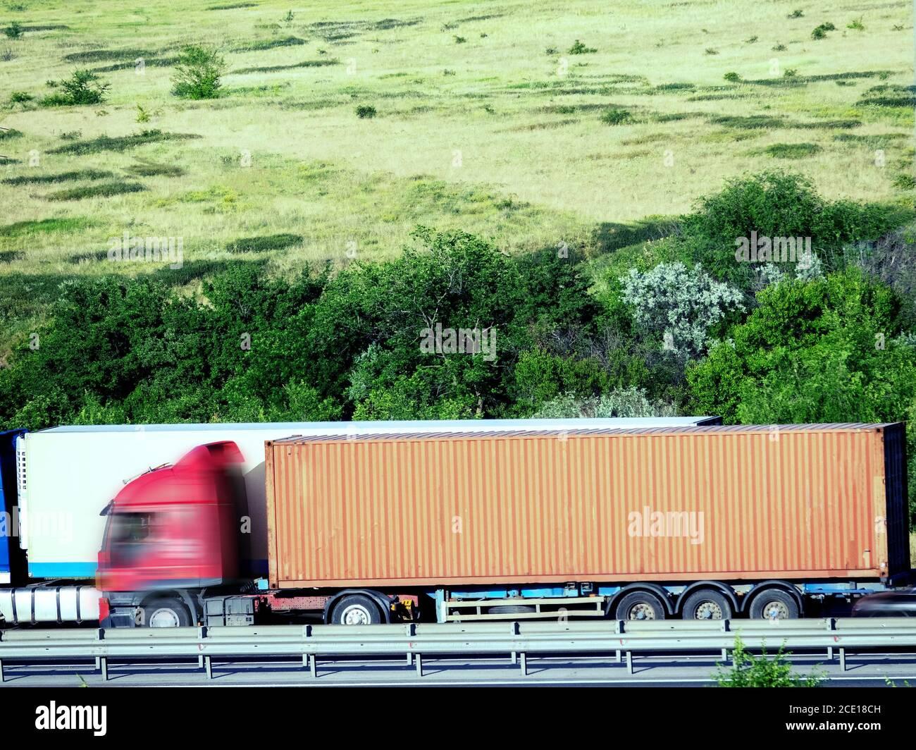 Desdibujado irreconocible transporte de camiones en carretera. Foto de stock
