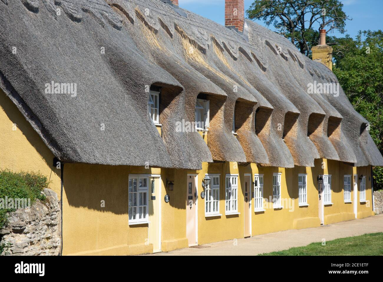 Casas de madera con techo de paja, Main Road, Biddenham, Bedfordshire, Inglaterra, Reino Unido Foto de stock