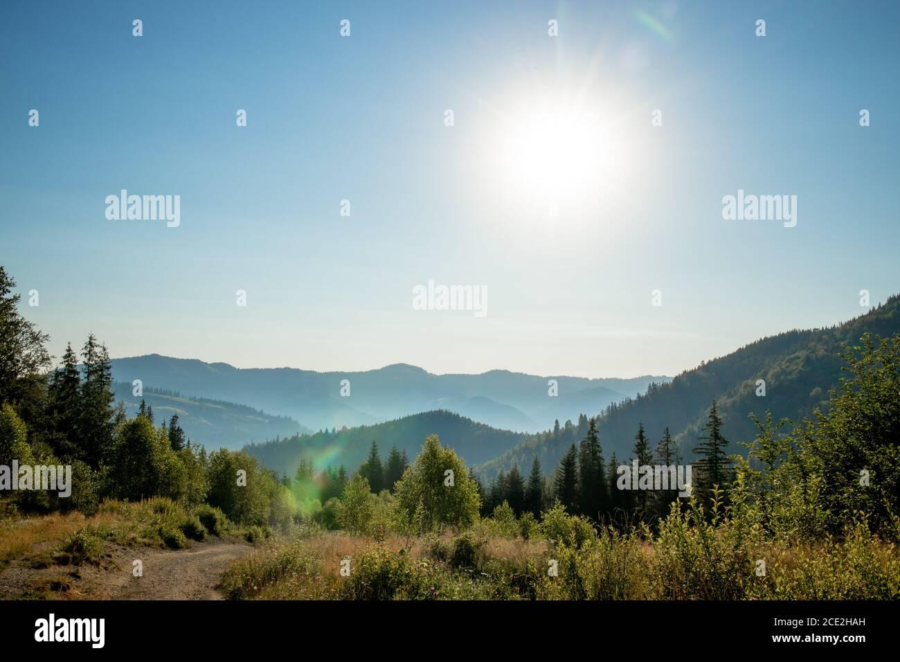 Por la mañana el día soleado es en el paisaje de montaña. Cárpatos, Ucrania, Europa. Mundo de la belleza. Gran resolución Foto de stock