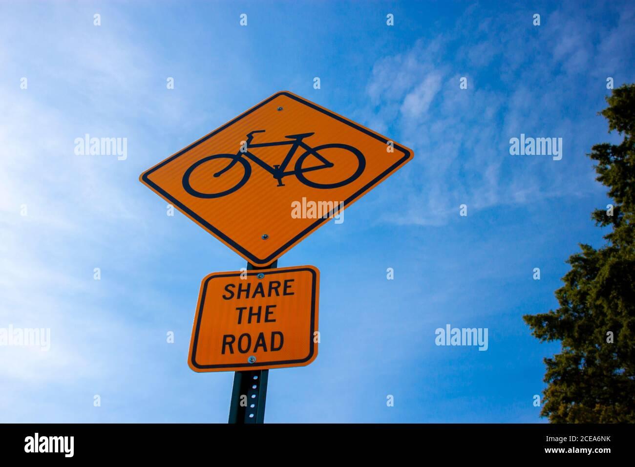 """Annapolis, MD 08/21/2020: Bug Eye vista de un signo amarillo de la carretera de rombo con un símbolo de bicicleta, y una placa adjunta debajo de la que dice """"el camino Foto de stock"""