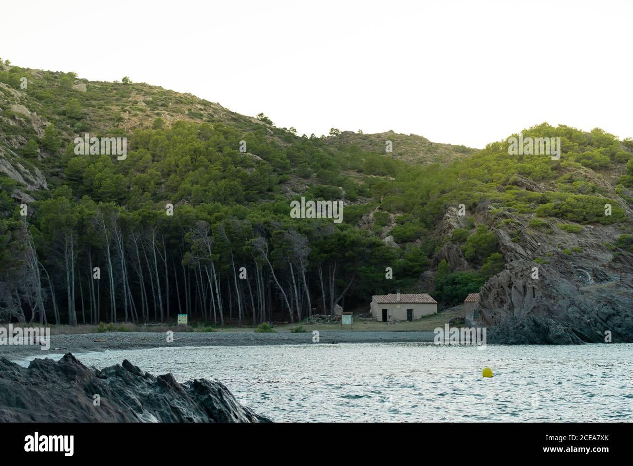 Pequeña choza cerca de la montaña y el bosque en la hermosa costa En Tavallera Foto de stock
