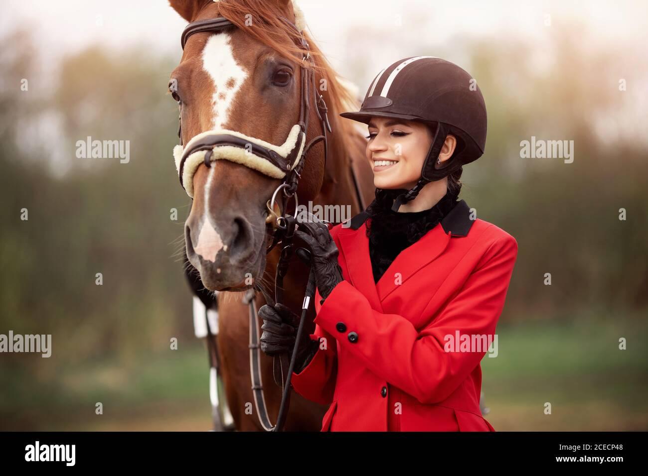 Retrato Jockey jinete jinete jinete jinete jinete jinete con caballo marrón, concepto de publicidad escuela club ecuestre Foto de stock