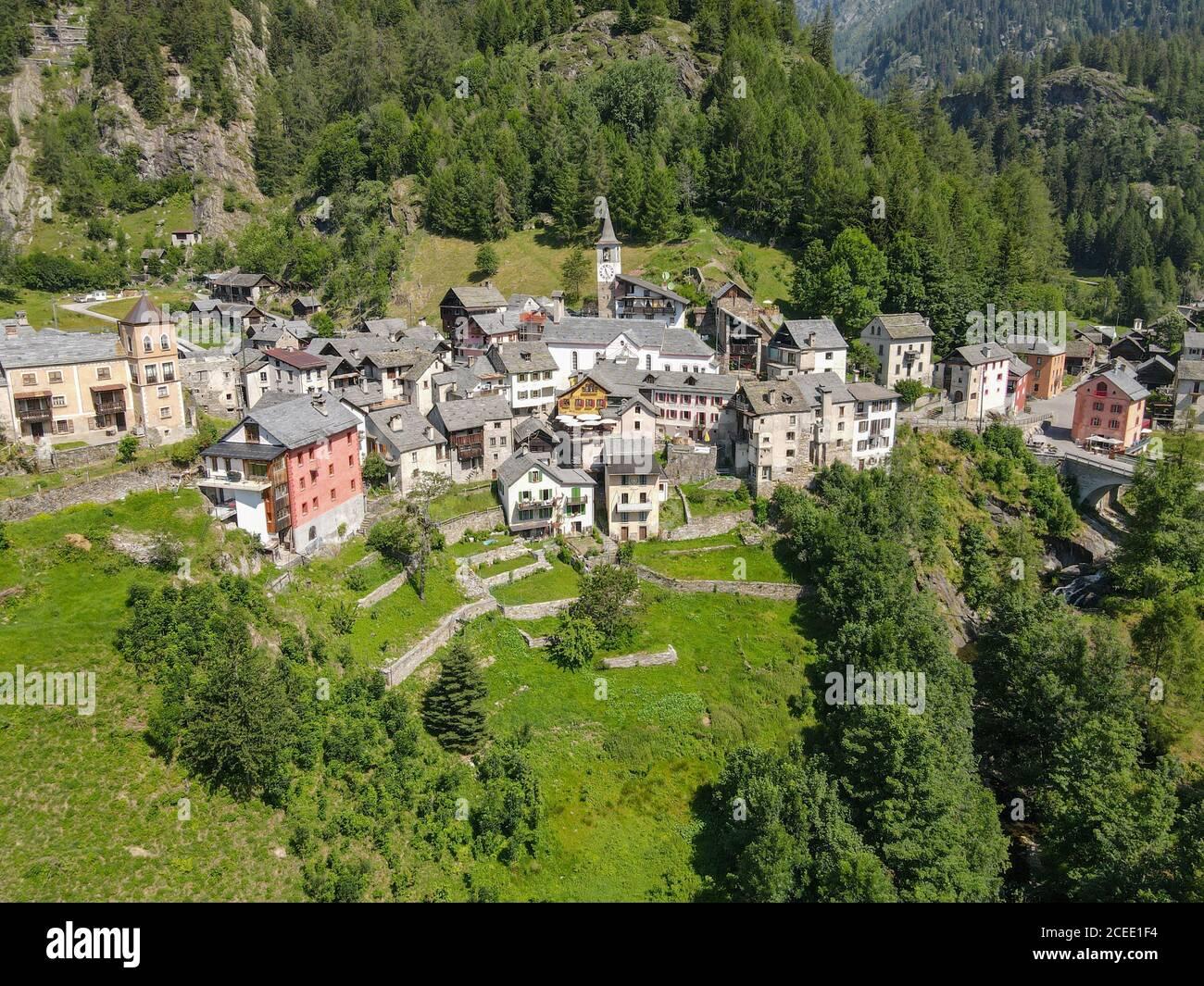 El pueblo de Fusio en el valle de Maggia en el italiano Parte de Suiza Foto de stock