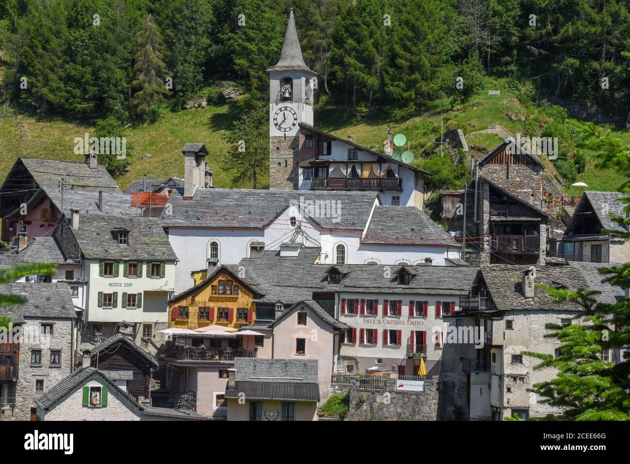 Fusio, Suiza - 8 de julio de 2020: El pueblo de Fusio en el valle de Maggia en la parte italiana de Suiza Foto de stock