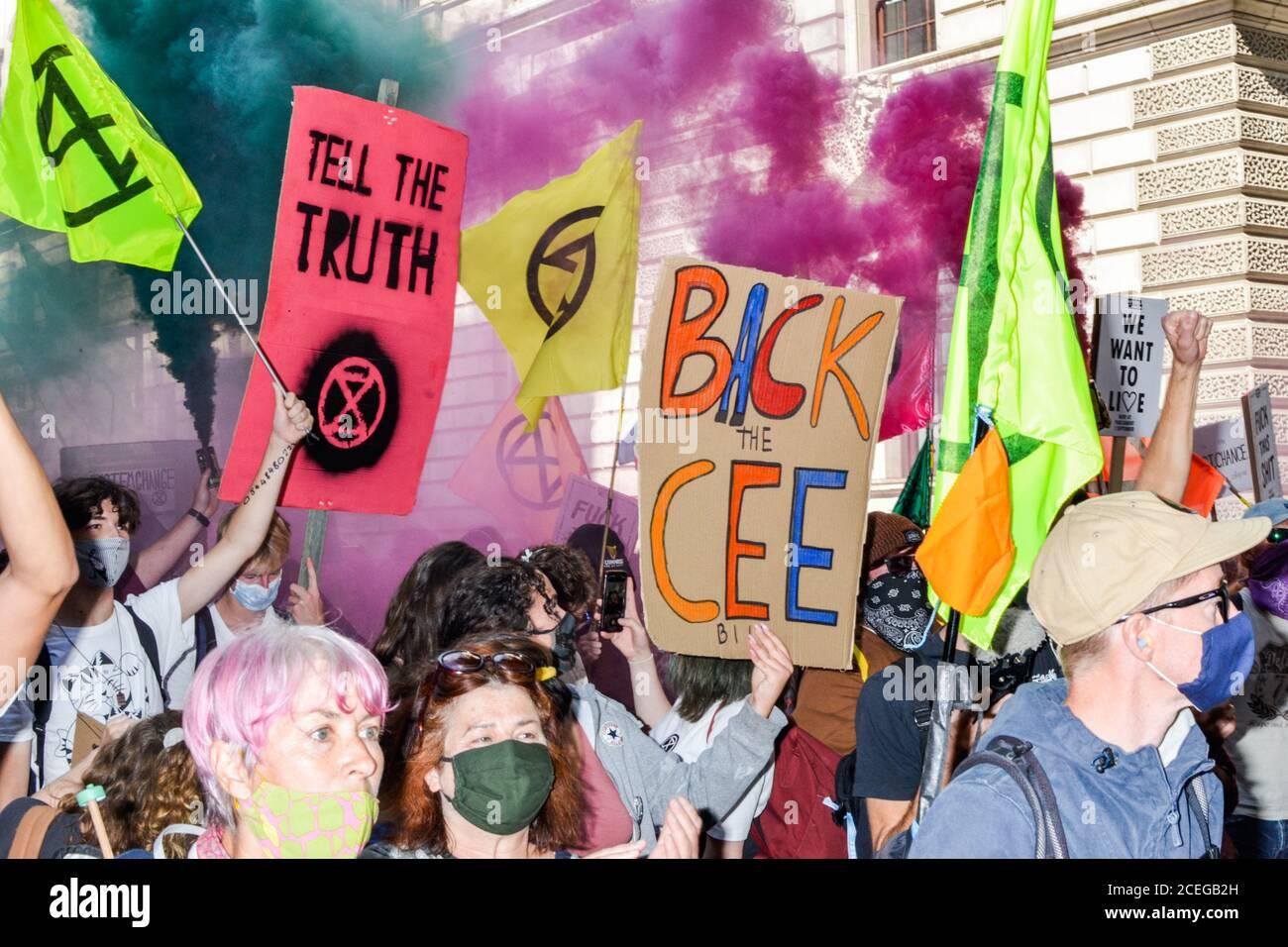 Miles de manifestantes de la rebelión de extinción convergen sobre la Plaza del Parlamento en el centro de Londres bloqueando las carreteras dentro y fuera de la zona exigiendo al gobierno que escuche su demanda de una Asamblea ciudadana para abordar el cambio climático. Foto de stock