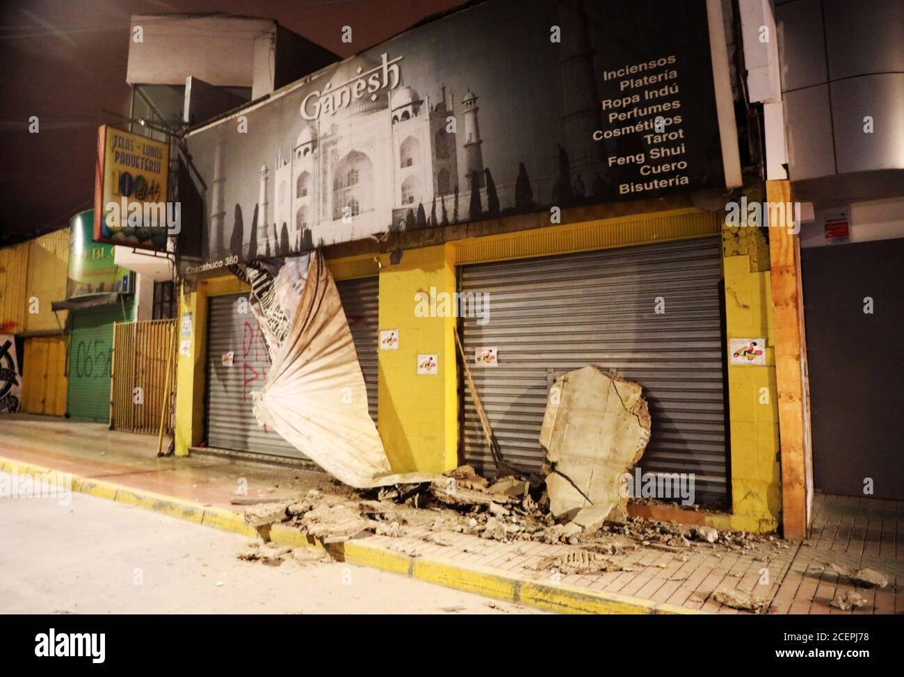 Atacama, Chile. 1 de septiembre de 2020. Las casas están dañadas por un terremoto en Atacama, Chile, 1 de septiembre de 2020. Un poderoso terremoto de 7 grados de magnitud que azotó el norte de Chile justo después de medianoche dañó edificios y carreteras, pero no causó lesiones, informó el martes la Oficina Nacional de Emergencias (ONEMI) del Ministerio del Interior. (Agencia uno/entrega vía Xinhua) crédito: Xinhua/Alamy Live News Foto de stock