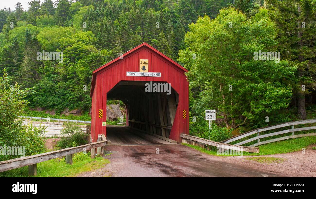 Point Wolfe Covered Bridge – un famoso puente de madera pintado en rojo cerca de Alma, en el Parque Nacional Fundy, New Brunswick, Canadá Foto de stock