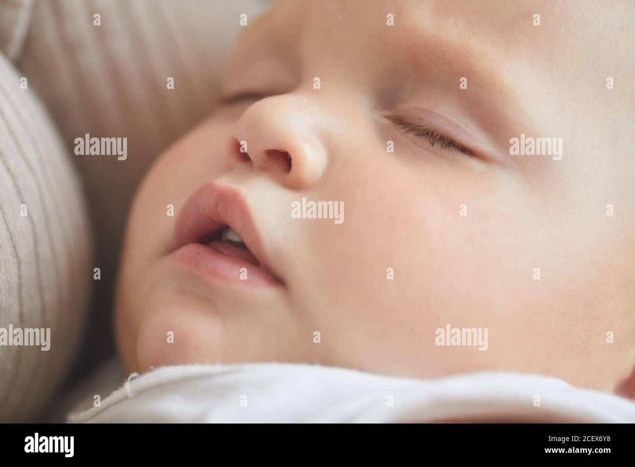 Primer plano horizontal de la cara de dormir del bebé caucásico con su boca abierta Foto de stock
