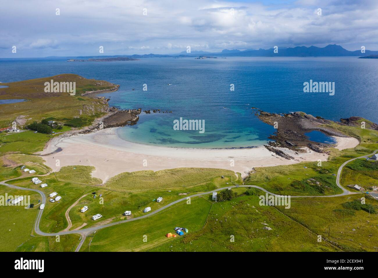 Vista aérea de la playa de Mellon Udrigle en Ross-shire en Scottish Highlands, Reino Unido Foto de stock