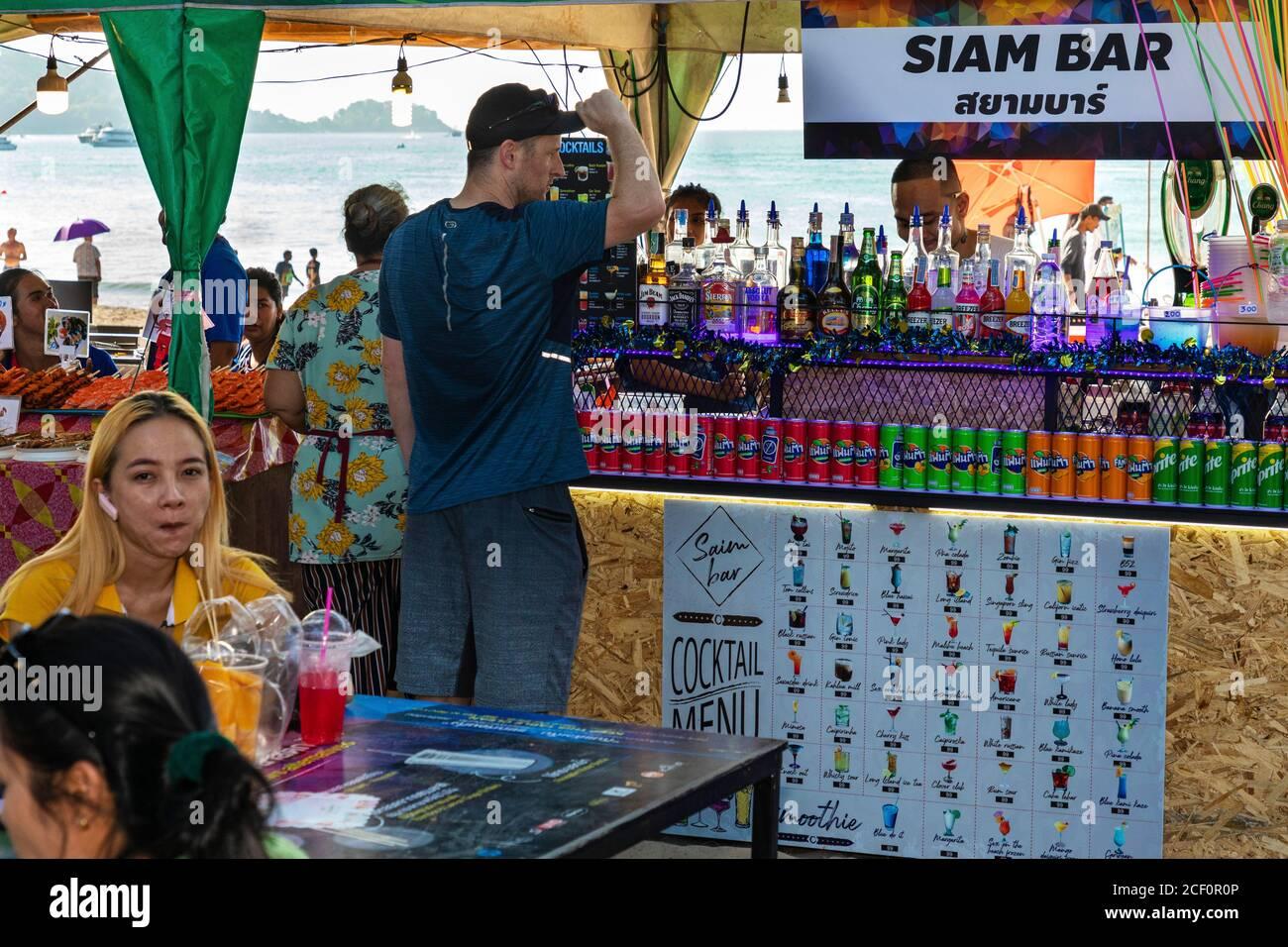 Bar turístico en la playa de Patong, Phuket, Tailandia Foto de stock