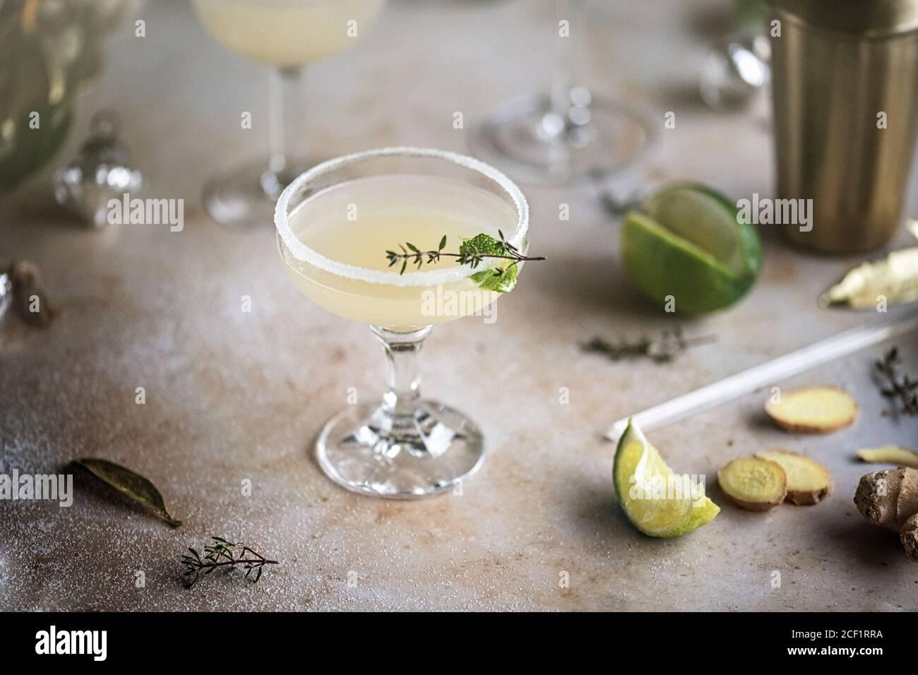Cóctel de limón y jengibre con guarnición de hierbas Foto de stock