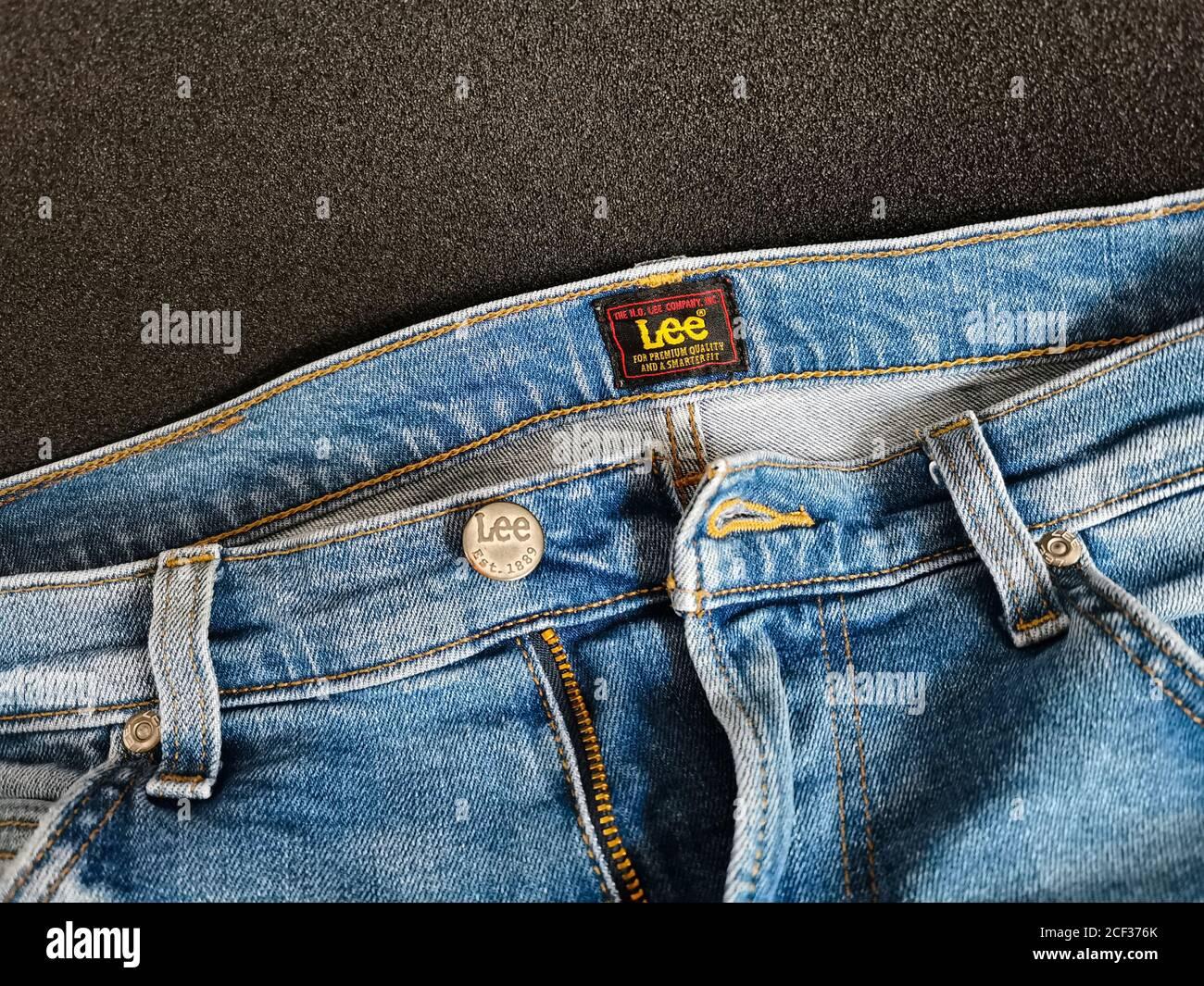 Pantalones Vaqueros De Marca Lee American Primer Plano Del Boton Lee En Un Pantalon De Mezclilla Azul Para Hombre Es Un Fabricante Estadounidense Fundado En 1889 Foto Tomada En Varsovia Fotografia De