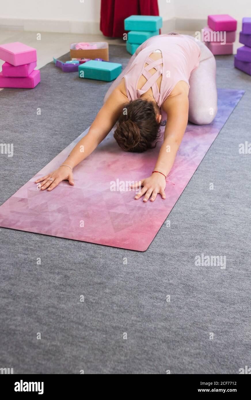 Morena Deportiva Flexible Haciendo Postura De Yoga Fotografia De Stock Alamy Añade nosotros los guapos a tus favoritos y. alamy