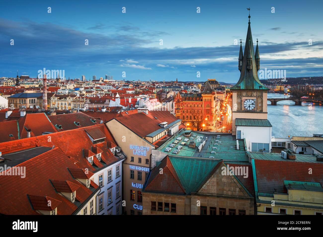 Praga, República Checa - 9 de marzo de 2019: Vista nocturna de la Torre del agua del casco antiguo y el río Vltava. Foto de stock