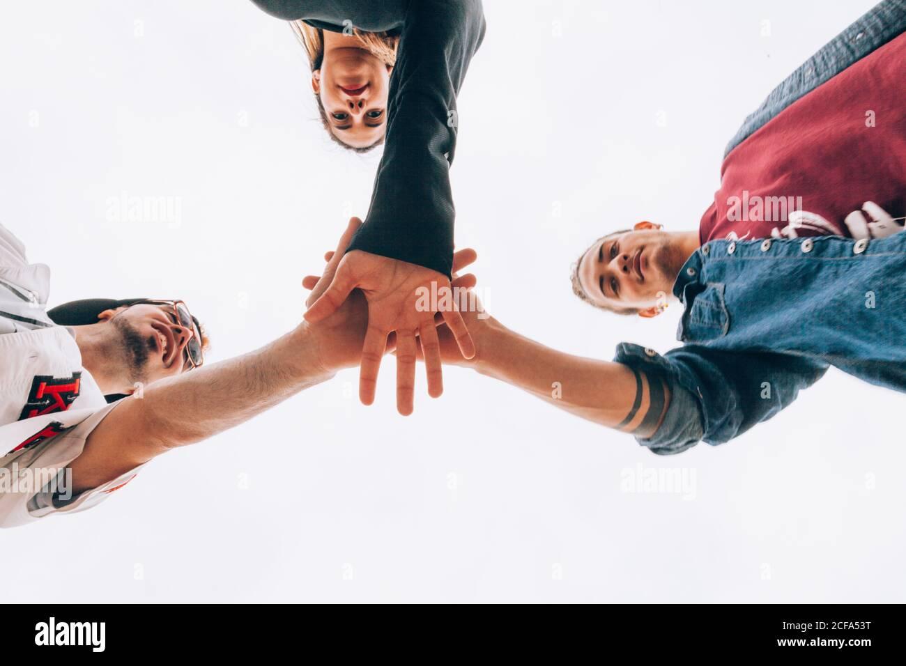 Un grupo de jóvenes poniendo manos juntas Foto de stock