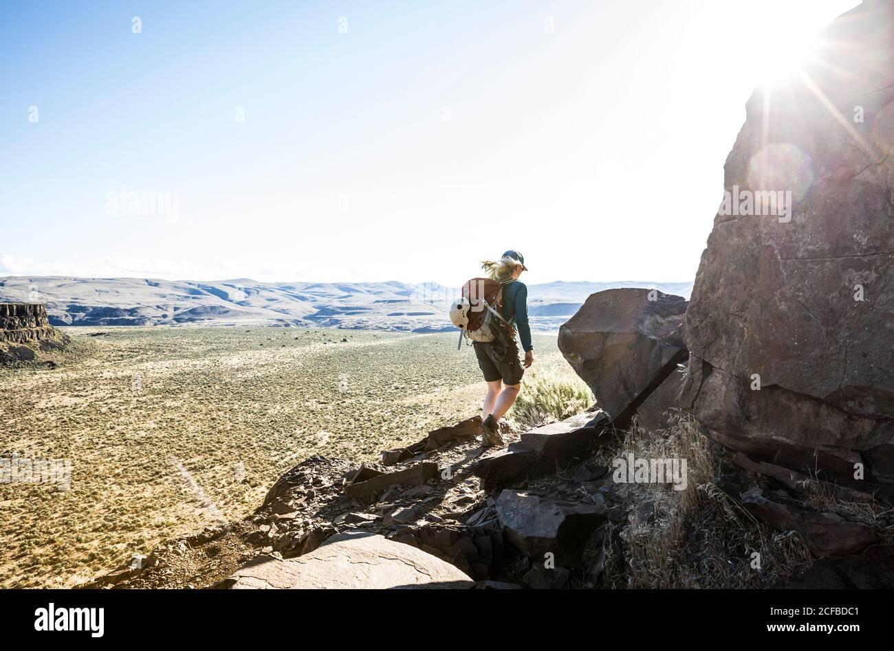 Una mujer que hace senderismo por el sendero de los escaladores alrededor de Sunshine Wall en Echo Basin / Frenchmans Coulee, este de Washington, EE.UU. Foto de stock