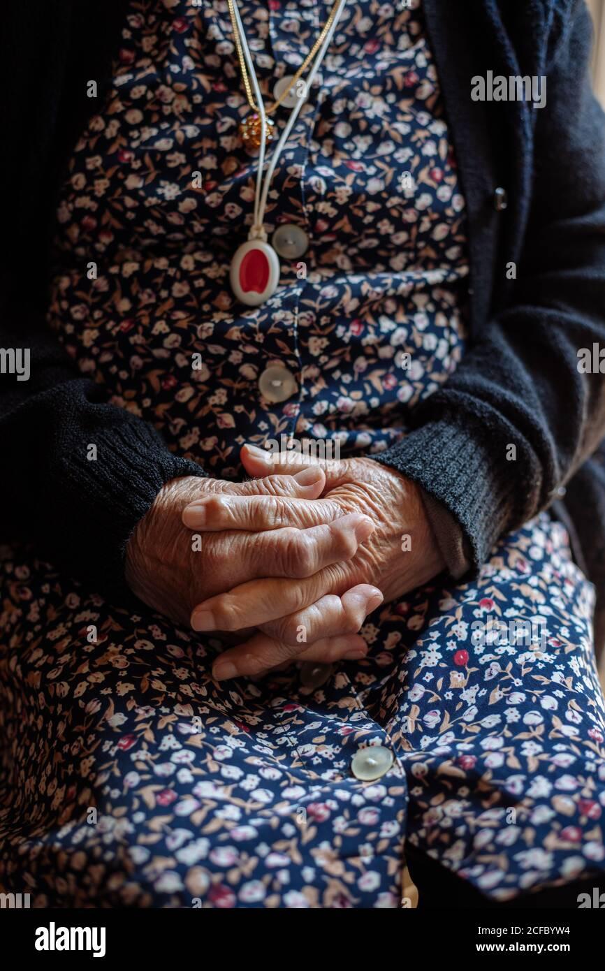 Detalle de las manos de la anciana con osteoartritis Foto de stock