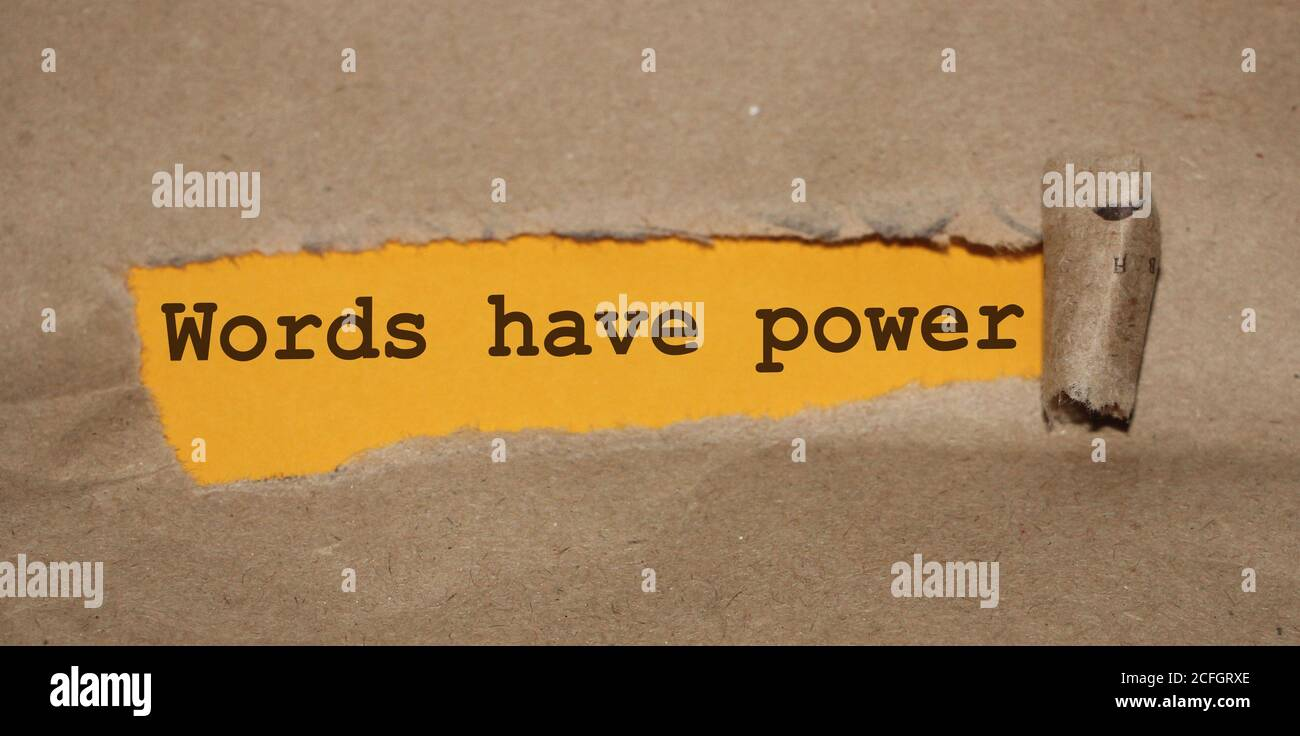 Las palabras de texto tienen poder apareciendo detrás de papel marrón rasgado Foto de stock