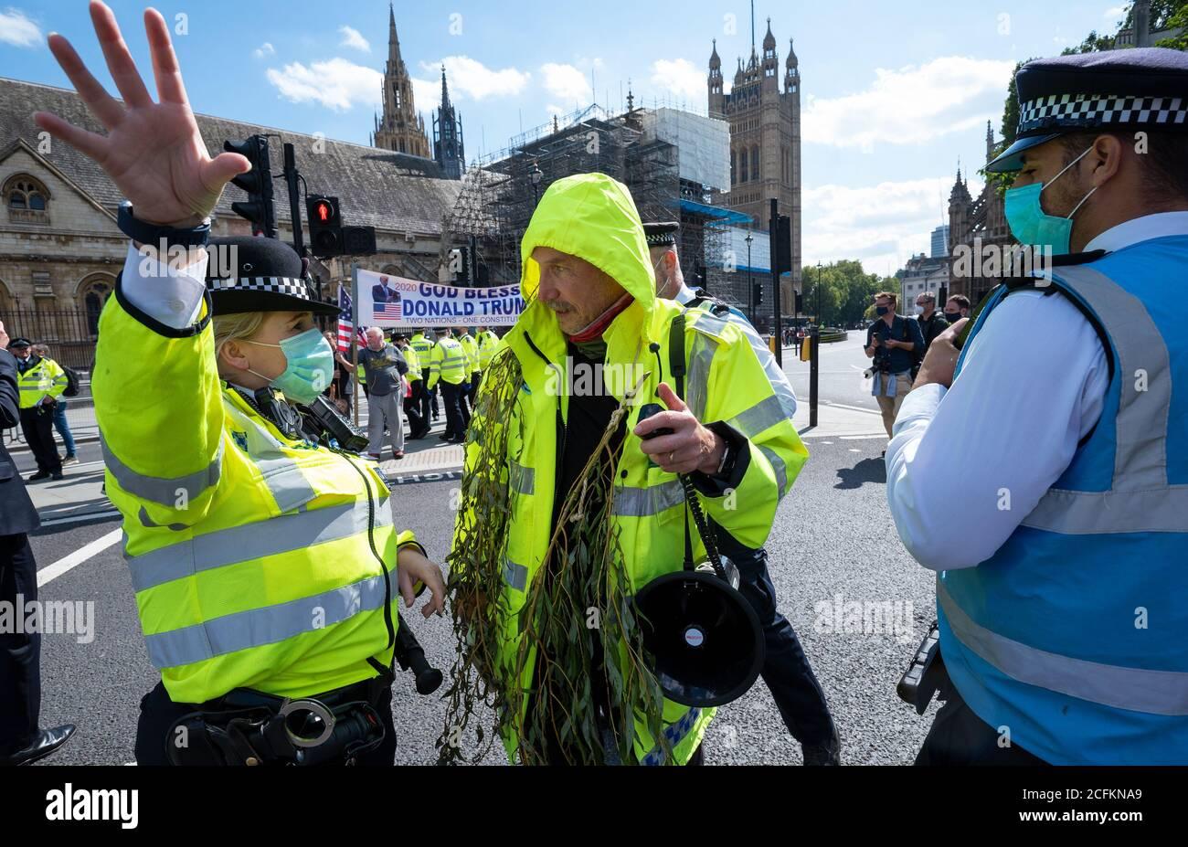 Westminster, Londres, Reino Unido. 1 de septiembre de 2020. Rebelión extinción protesta de Londres, primera de 10 días de acciones planeadas para el cambio climático. Los manifestantes anteriores del XR habían marchado con pancartas y pancartas desde la plaza Trafalgar y la plaza del Parlamento ocupada y las carreteras que la rodeaban. Los manifestantes pedían al Parlamento que respalde el proyecto de ley sobre el clima y la emergencia ecológica (proyecto de ley CEE). A medida que avanzaba el tiempo, la Policía Metropolitana hizo arrestos, limpiando la zona frente al Parlamento, y algunos manifestantes comenzaron a irse. Se planearon múltiples protestas en todo el Reino Unido. Crédito: Stephen Bell/Alamy Foto de stock