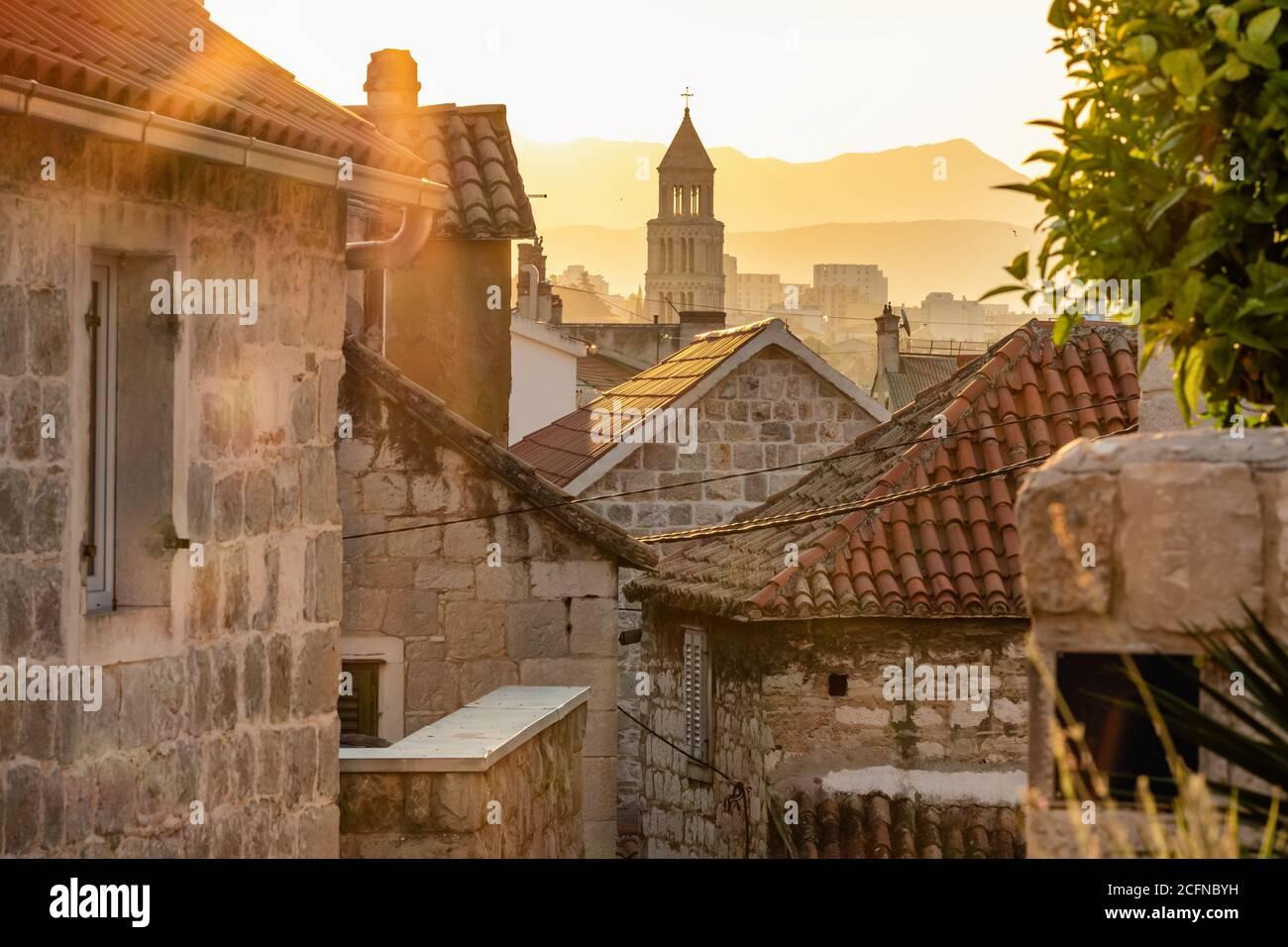 Salida del sol sobre el casco antiguo de Split en Croacia Foto de stock