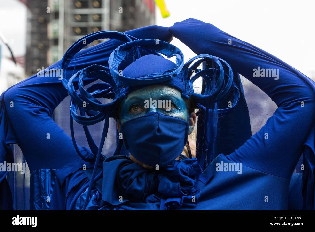 Londres, Reino Unido. 6 de septiembre de 2020. Los rebeldes azules se unen a otros activistas climáticos de la Rebelión del Océano y la Rebelión de extinción preparándose para participar en una colorida marcha de extinción Marina. Los activistas, que asisten a una serie de protestas de la Rebelión de septiembre en todo el Reino Unido, están exigiendo protecciones ambientales para los océanos y pidiendo el fin de la inacción gubernamental global para salvar los mares. Crédito: Mark Kerrison/Alamy Live News Foto de stock