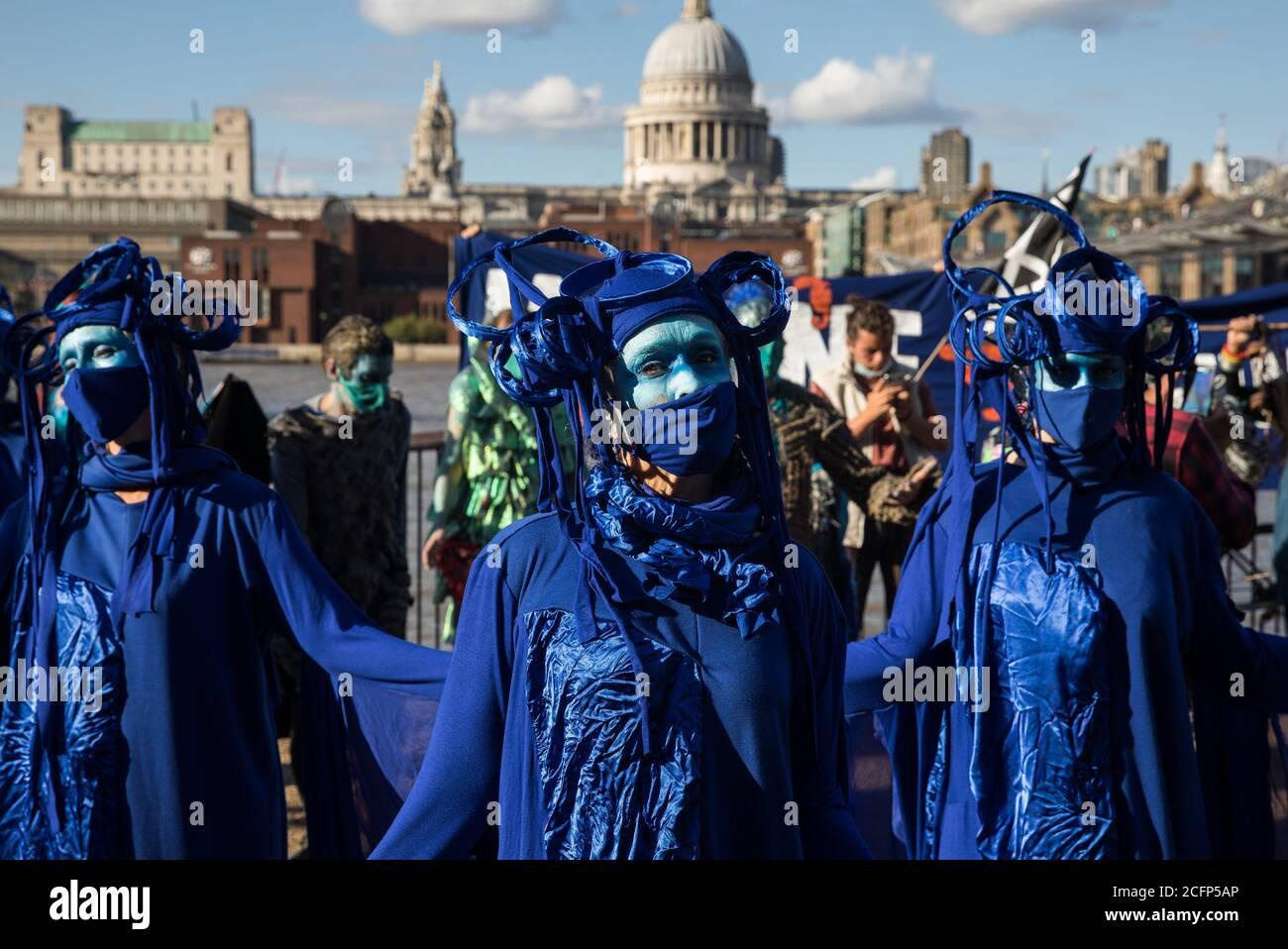 Londres, Reino Unido. 6 de septiembre de 2020. Los rebeldes azules se unen a otros activistas climáticos de la Rebelión Oceánica y la Rebelión de extinción en la Ribera del Sur durante una colorida marcha de extinción Marina. Los activistas, que asisten a una serie de protestas de la Rebelión de septiembre en todo el Reino Unido, están exigiendo protecciones ambientales para los océanos y pidiendo el fin de la inacción gubernamental global para salvar los mares. Crédito: Mark Kerrison/Alamy Live News Foto de stock