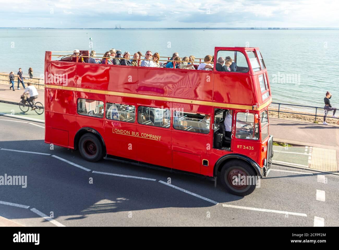 AEC Regent III bus en Ensignbus Ruta 68 servicio a lo largo del paseo marítimo en Southend on sea, Essex, Reino Unido. Evento especial de extravagancia de autobuses con techo abierto Foto de stock