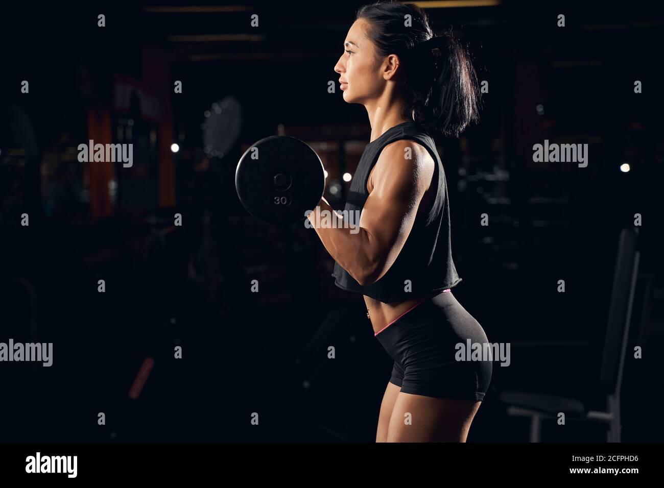 Pesas deportivas para levantar pesas en el gimnasio Foto de stock