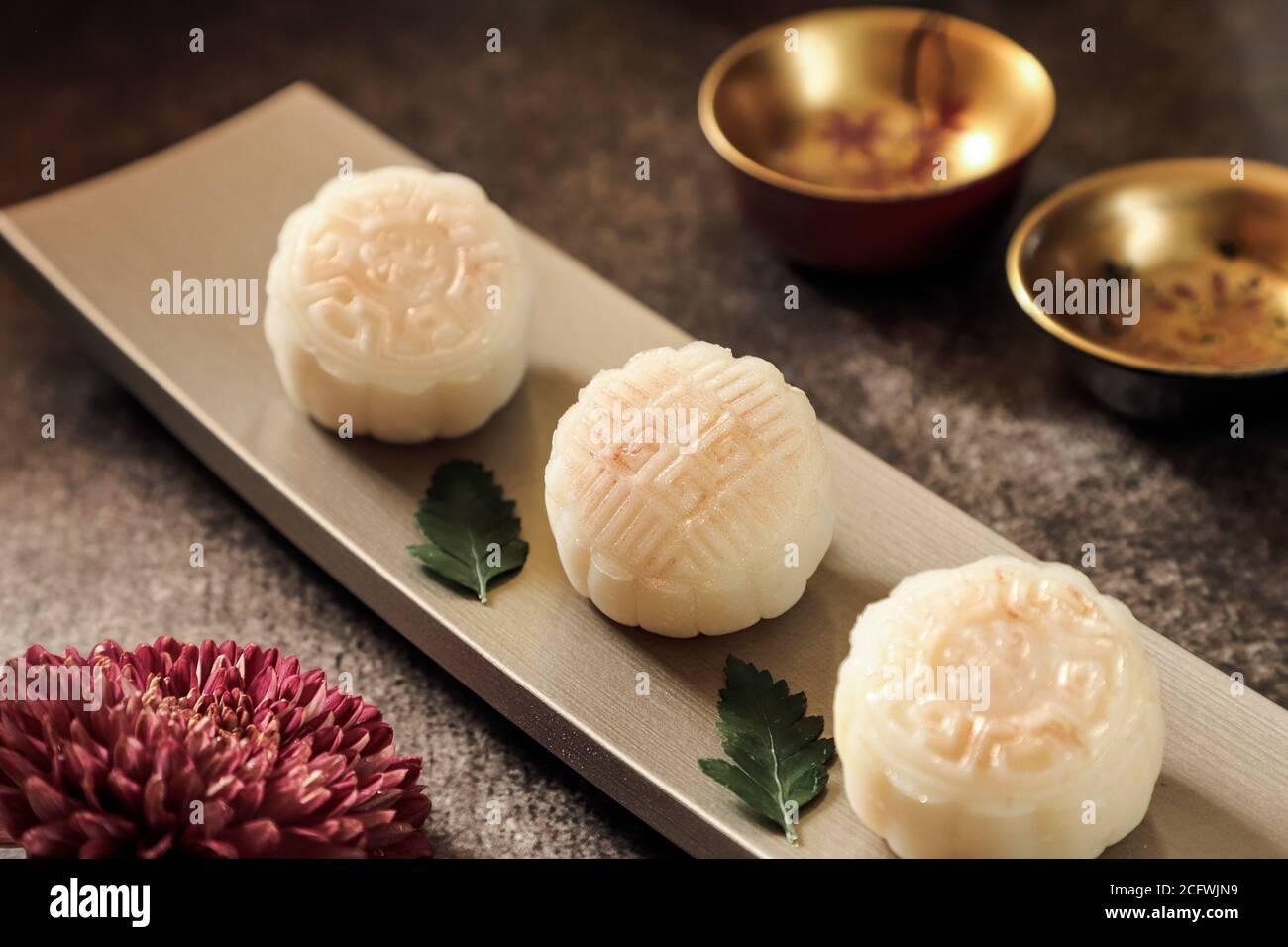Snowskin o Crystal Skin Mooncake. La nueva variante de la torta de luna para el Festival de mediados de Otoño. Foto de stock