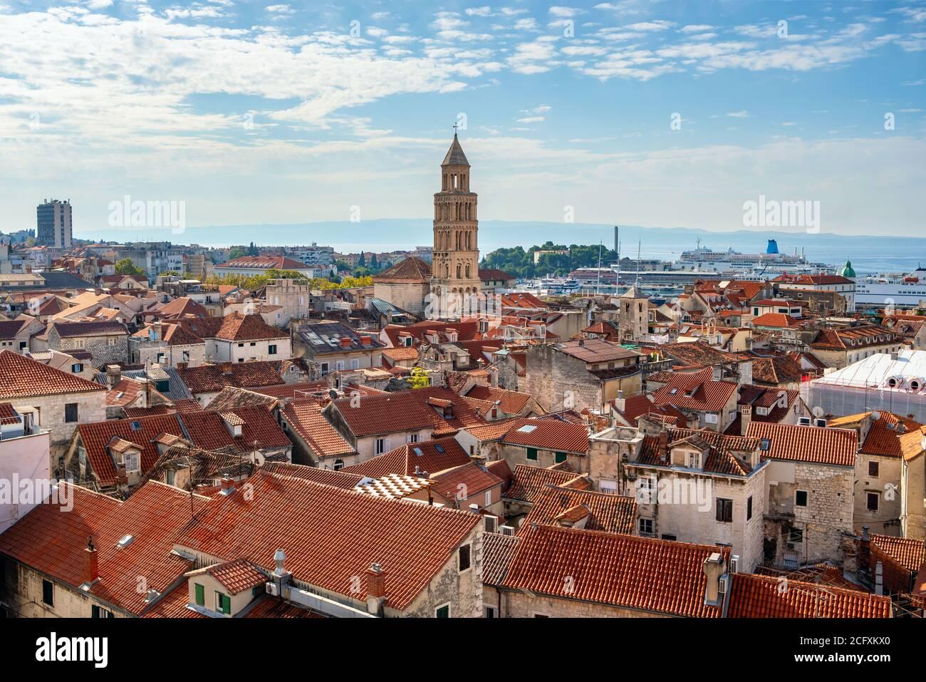 Campanario y edificios históricos en el casco antiguo de Split Foto de stock