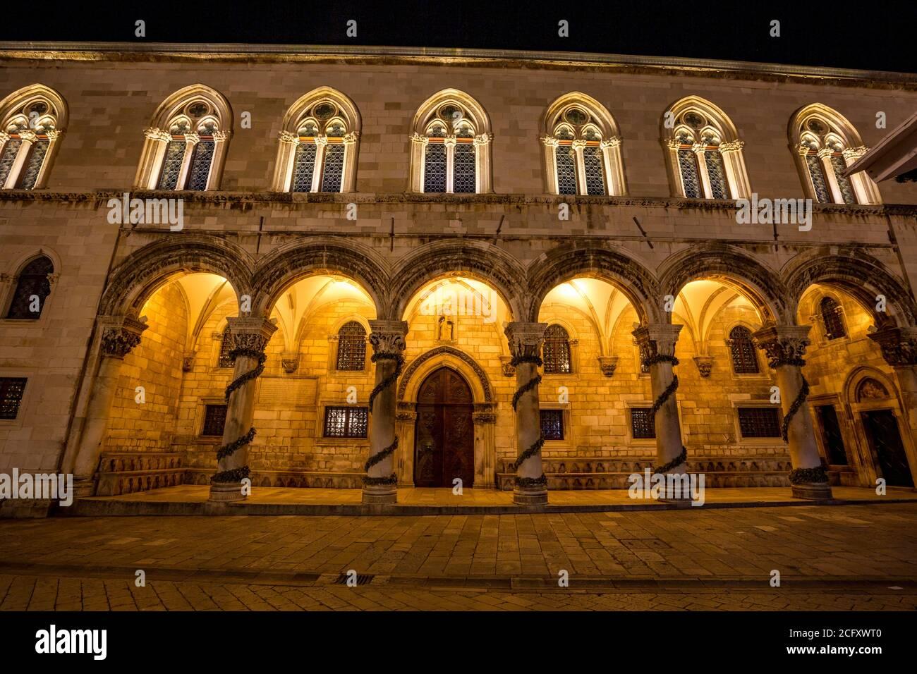 Fachada del edificio veneciano en la calle central, larga exposición por la noche. Paisaje vista de invierno de la ciudad vieja mediterránea de Dubrovnik, viaje europeo y destino histórico, Croacia Foto de stock