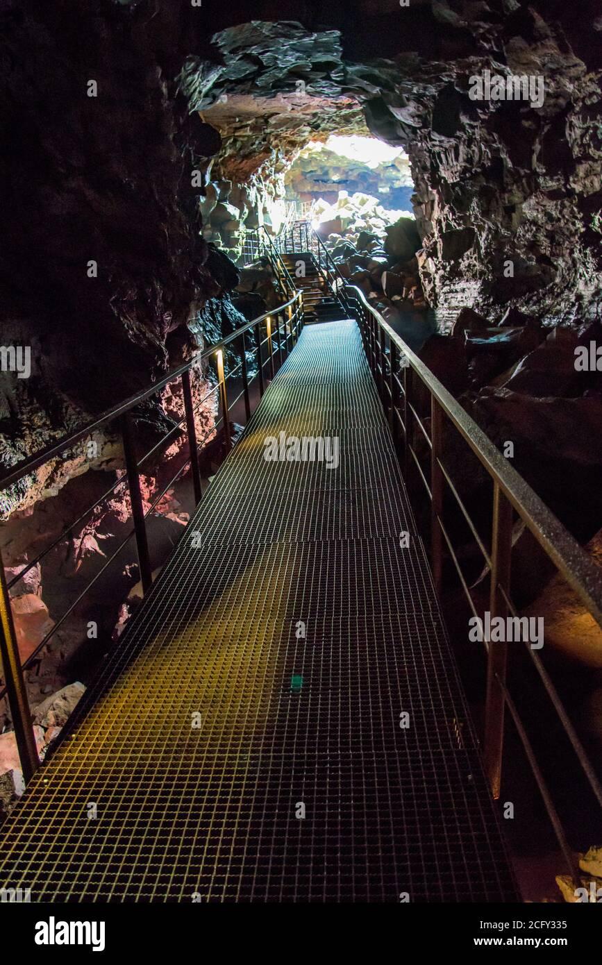 La cueva del túnel de lava, inmenso tubo de lava en el sur de islandia Foto de stock