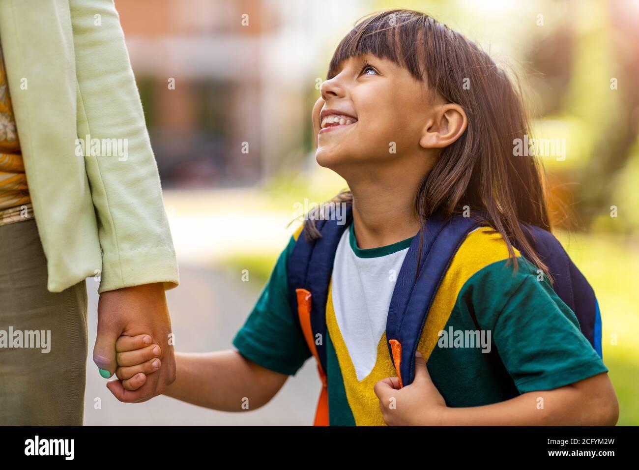 Madre llevando a su hija a la escuela Foto de stock