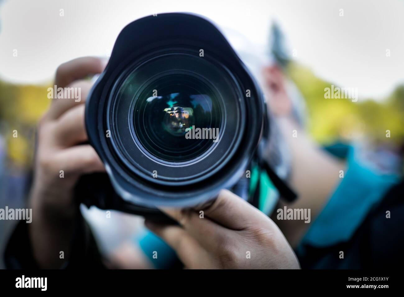 Profundidad de campo reducida (enfoque selectivo) con la lente ancha polvorienta de un fotógrafo de prensa. Foto de stock